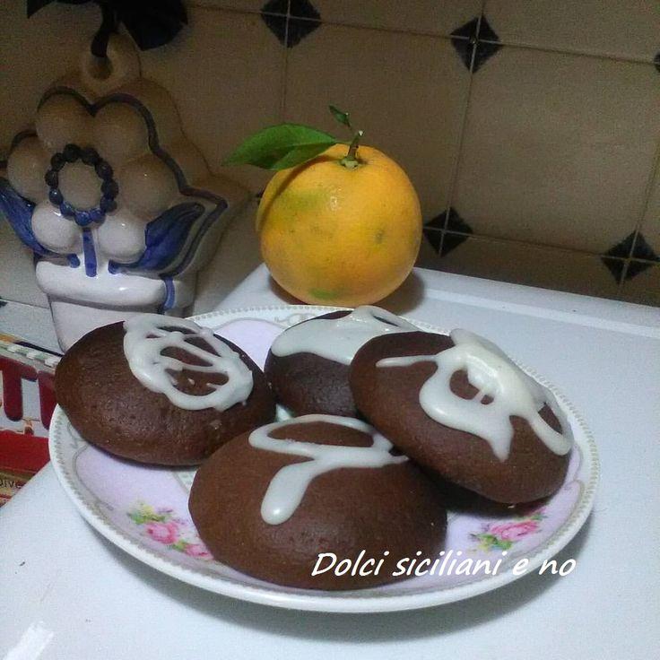 Biscotti al cacao e glassa all'arancia. Ricetta. Ingredienti: 250 gr di farina per torte e biscotti 140 gr burro o 120 ml di olio di semi di arachidi