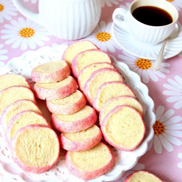 Spröda mördegskakor med fint rosa strösocker.