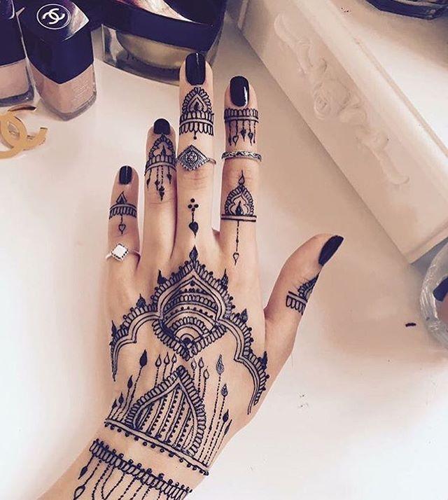 Who loves black Henna? Gorgeous henna design by @meharraja ❤️ #ZUKREAT #henna #BlackHenna