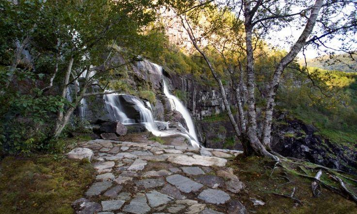 Монолитный каменный дом возвышается у подножия норвежского водопада | Inhabitat - зеленый дизайн, инновации, архитектура, зеленое строительство