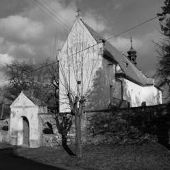 románský kostel sv. Matouše (dříve sv. Kříže ) v TřeboníněCelkový pohled na kostel od jihozápadu (foto M. Falta 2013).
