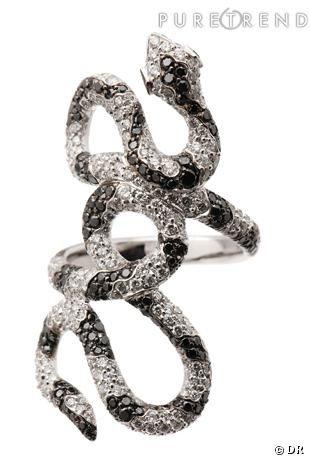"""Bague """"Serpent"""" Repossi       Le serpent inspire tant  Gaia Repossi , qu'elle a créé une collection en son honneur. Bague serpent, entrelacée zébrée en or blanc pavée de diamants noirs et blancs, 22400 €."""