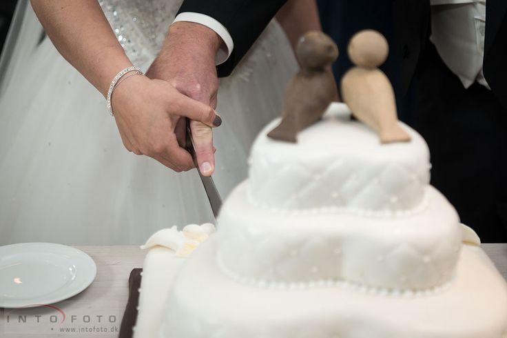 Kageskæring / Cutting the cake #Bryllup #Wedding #Bryllupsfotograf #Intofoto #Bryllupsfoto #Bryllupsfotografering #Hillerød #Nordsjælland #Vielse #Bryllupskage #Kageskæring