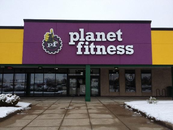 Planet Fitness Channel Letter Sign and Huge Logo  #Planetfitness #Outdoorsigns #Businesssigns #Customsigns #Commonwealthsigncompany #Louisvilleky