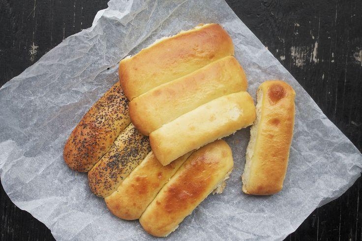 Jeg har længe søgt efter at finde en opskrift på de perfekte hotdog-brød. På et tidspunkt faldt jeg over YouTube kanalen Chefsteps. Der fandt jeg en opskrift på sliders-boller, som jeg justerede lidt på for at få dem til at blive til hotdog-brød. Chefsteps er …