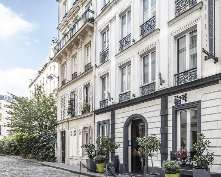 £78 Located under a 5-minute walk from both Pigalle and Saint-Georges metro stations, Hôtel Villa Bohème offers a 24-hour reception and rooms with lift access.