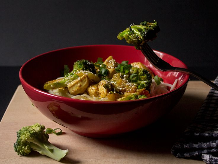 Reteta Thai noodles cu pui, broccoli si susan.