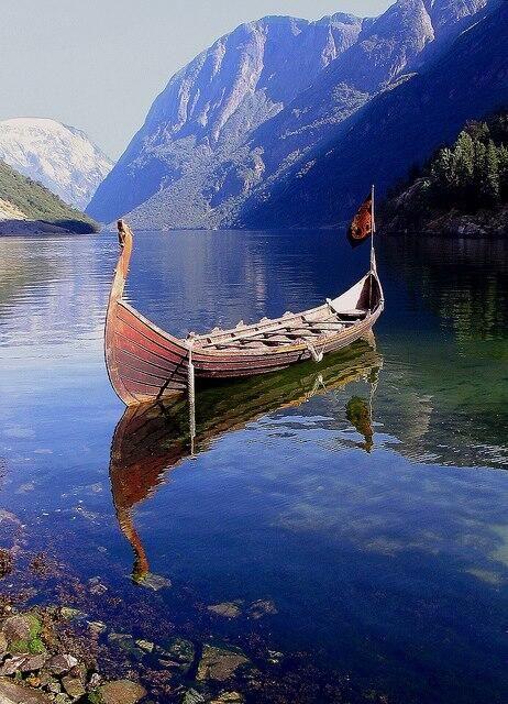 Viejo navío vikingo, fiordos noruegos.                                                                                                                                                                                 Más