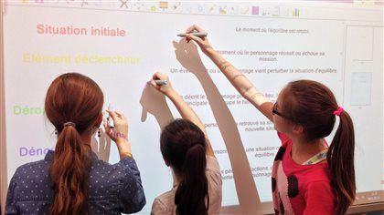 Le tableau interactif en classe, ça change quoi? - Depuis quelques années, les enseignants des écoles publiques utilisent les tableaux numériques interactifs. Radio-Canada est allé voir ce qu'en pensent les enseignants et les élèves à la Commission scolaire de Saint-Hyacinthe.