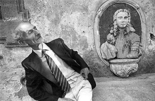 Ferdinando Scianna - Quelli di Bagheria      Il poeta Giacomo Giardino a Villa Palagonia