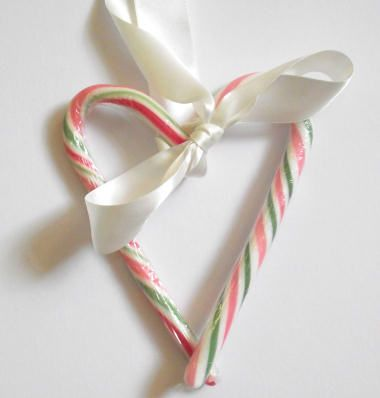 Cute candy cane heart craft. Easy to make and looks amazing.