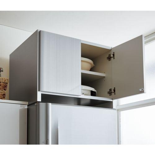 冷蔵庫上が収納スペースに変身!発売以来大人気の冷蔵庫上専用のキッチンストッカー。地震などの振動で開きにくいプッシュ型耐震ラッチを使用。日本産で高級感のあるお手入れし易い素材のハイエンドモデル!!
