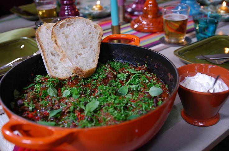 Chili con carne är bra vardagsmat. Här kommer rätten i en förfinad form. Kryddningen kan man välja själv, det här receptet ger en ganska het gryta, vill man ha en mildare version är det bara att minska på mängden chili.