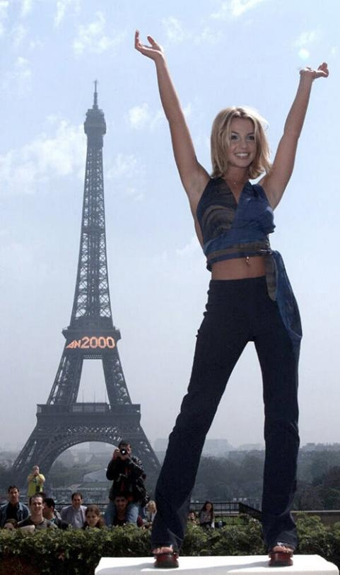 Britney Spears poses at a photocall at the Eiffel Tower in Paris on August 5, 2000.