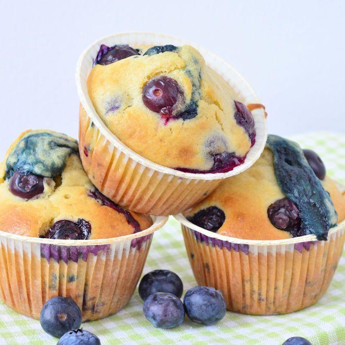 Mijn favoriete smaakcombinatie in een muffins: blueberry lemon muffins. Kinderlijk eenvoudig te maken, geen eens een mixer nodig!