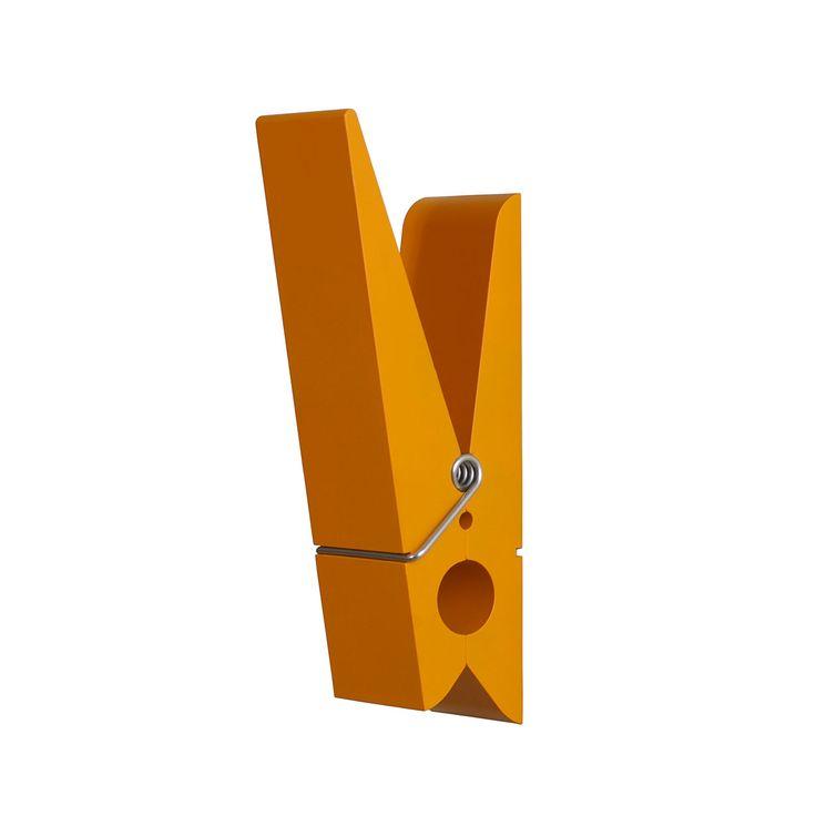 Articolo: PA12OR_parent skuAppendiabiti da parete in pc/abs in bianco e arancione. Questo prodotto può essere facilmente installato a muro. La forma di molletta è davvero originale, essenziale e funzionale. L'appendiabiti mantenendo la sua funzionalità diventa un vero e proprio elemento di arredo per questo non viene più usato solo nella zona d'ingresso ma gioca un ruolo da protagonista in tutti gli ambienti dalla zona living alla camera da letto fino ad arrivare al bagno. Le mollette ...