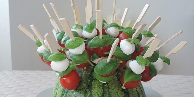 Det her er altså bare for festligt: Små spyd med mozzarella, tomat og basilikum, der præsenteres flot ved hjælp af en vandmelon.