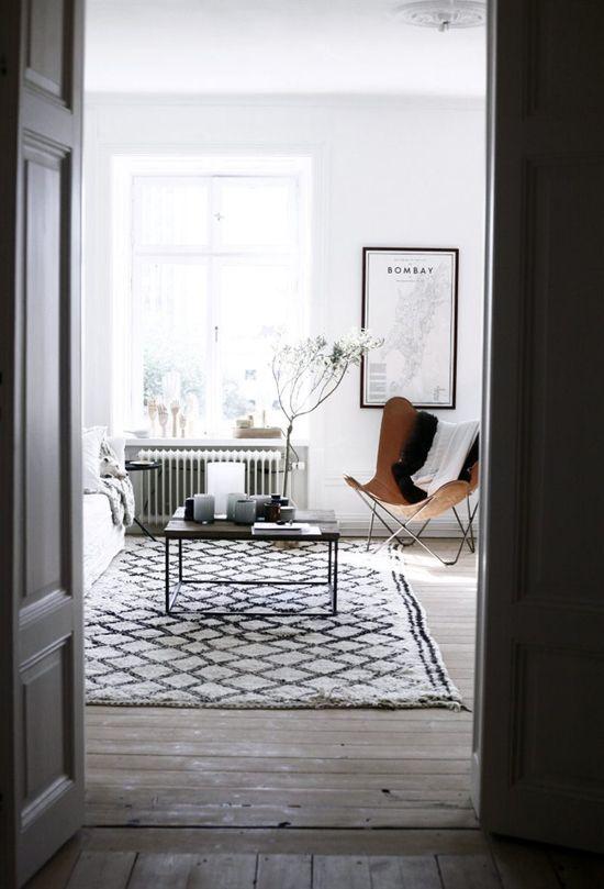 Скандинавские интерьеры с типичной черно-белой отличие приправлен на верблюжьей кожи стула бабочки.