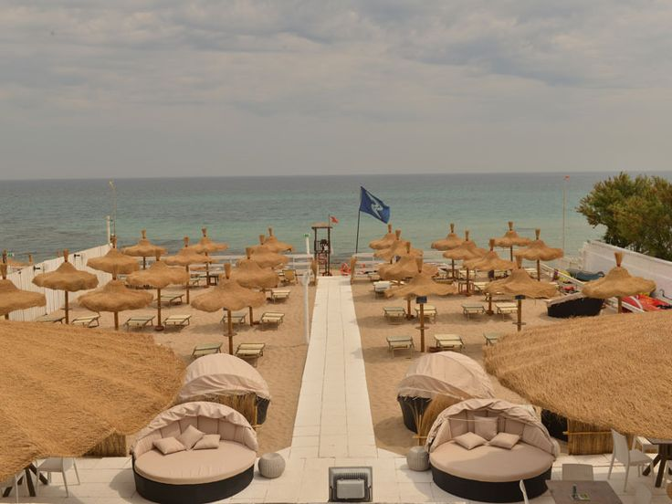 Strand mit Sonnenliegen , Sonnenschirme, für Kite- und Windsurfern