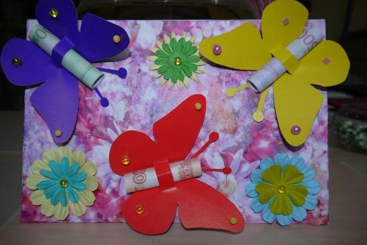 Papier-Schmetterlinge und gerollte Geldscheine