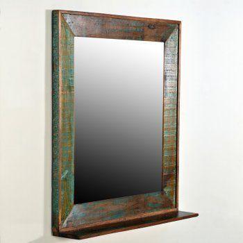 Een spiegel van oud hout met een plateau om wat spulletjes op te leggen