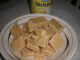 """""""Leche dulce nido  ingredientes:  4 tazas de azúcar (té) 2 tazas (té) de leche o leche en polvo nido de su elección 1 taza (té) de agua fría 2 cucharadas (sopa) de margarina  Modo de preparo:  - En una cacerola pesada combine el azúcar, la leche y el agua nido. - Cocer a fuego medio durante 20 minutos, revolviendo constantemente. - Al hervir, bajar el fuego y seguir removiendo. - Después de los 20 minutos, el color es más oscuro. - Apagar el fuego, añadir la mantequilla y continuar agitando…"""