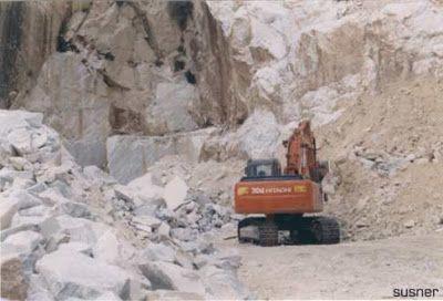 cava di marmo nei pressi di Carrara Toscana foto di lazonasusner