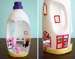 Zelf speelgoed maken: mini poppenhuis | Piece of Make Maak een mini poppenhuis van een lege wasmiddelfles. Simpel speelplezier!