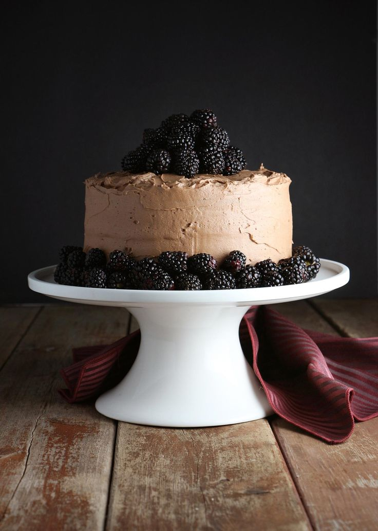 This Red Wine Chocolate Cake with Blackberries is delicious...queue the…