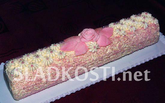 Růžovo bílá krémová roláda