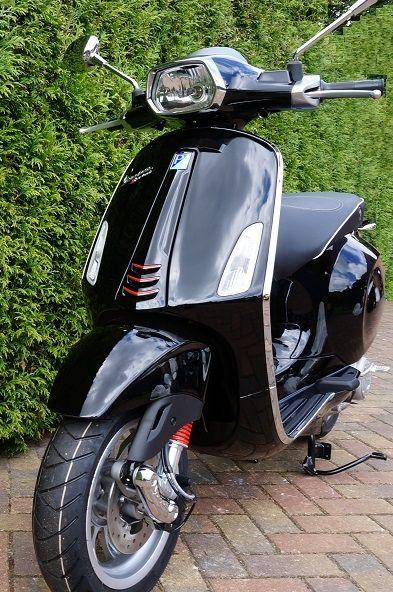 Vespa Sprint zwart 4-takt 25km/u kopen?   Vespa Sprint 2015 in de kleur Nero Lucido 4-takt 25km/h uitvoering. Op de zwarte Vespa Sprint hoeft u geen helm te dragen.De Vespa Sprint model 2015 kunt u nu gemakkelijk online kopen bij Vespastore. Deze prachtige Vespa scooter is ten opzichte van haar voorganger, de Vespa S, op een aantal punten gewijzigd.