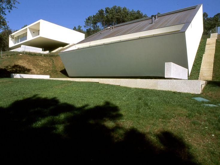 Casas en Ponte da Lima (Viana do Castelo, Portugal) | Eduardo Souto de Moura | 2002  + http://www.arcstreet.com/article-2-houses-in-ponte-de-lima-eduardo-souto-de-moura-70887188.html  # Vivienda aislada # Arquitectura portuguesa