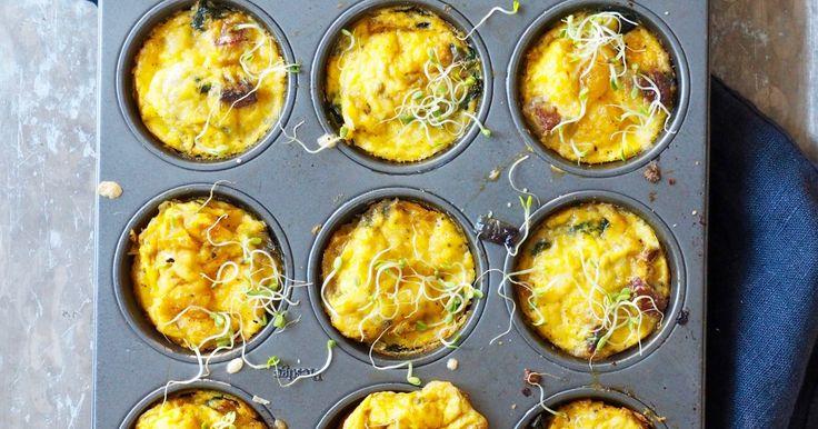 Eggmuffins med pølse og spinat