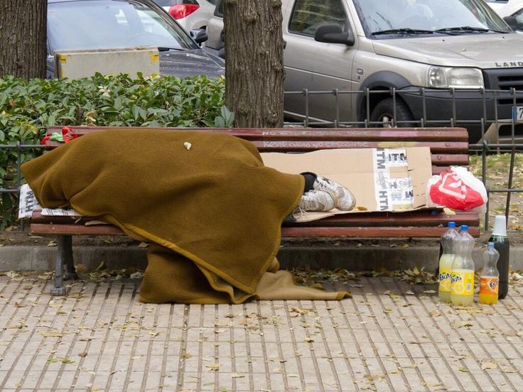 """El empobrecimiento de las personas trabajadoras de condición social humilde se extiende por España y crece entre las llamadas """"clases medias"""". CREAR RICOS ES LO CONTRARIO A GENERAR RIQUEZA. Hemos de proteger los Derechos Humanos: la sociedad, a través del Estado, debe garantizar que nunca se rebaje la dignidad ni el sustento básico de ningún ser humano hasta el extremo de dejarle desamparado ante la vida. NINGUNA PERSONA MERECE QUEDAR FUERA DE LA SOLIDARIDAD COLECTIVA. (Jaume d'Urgell)."""