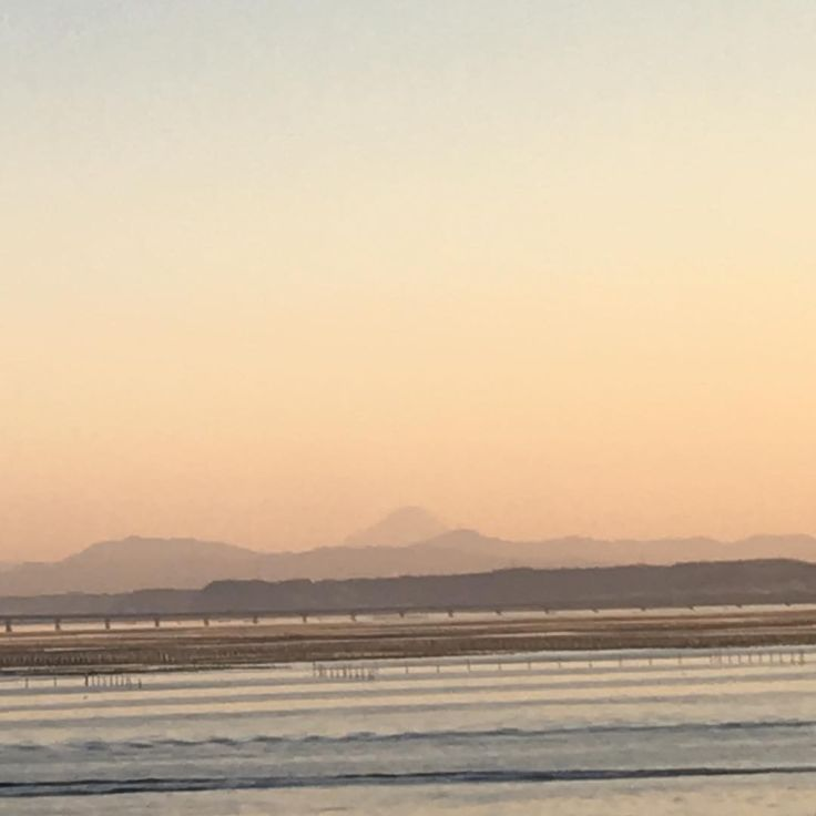 昨日です‼️ 今日はあいにくの天気ですが。 浜名湖から見えましたー‼️ #浜名湖 #静岡 #朝焼け #のぞみ #新幹線 #テンション上がる