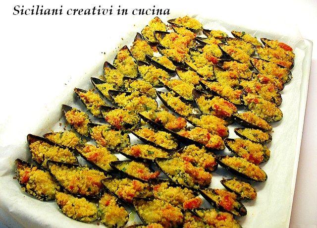 Un grandissimo classico della cucina di mare siciliana e non solo: le cozze gratinate. A me piacciono da morire, ne potrei mangiare teglie intere: se vi fate pulire le cozze dal pescivendolo prepar…