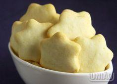 BOLACHINHAS CRI-CRI 5 colheres (sopa) de manteiga (100g) 2 e ½ xícaras xícaras (chá) de amido de milho (250g) 1 xícara (chá) de Açúcar refinado UNIÃO (160g) 1 colher (chá) de fermento em pó (4g) 1 ovo (cerca de 60g) 1 xícara (chá) de farinha de trigo (110g) 2 claras (cerca de 80g)