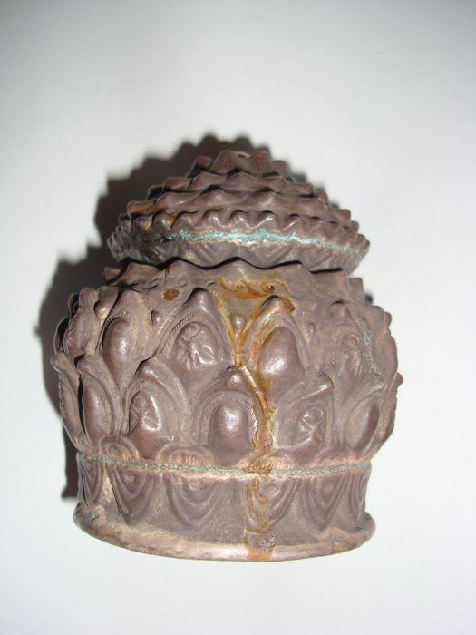 De houder van de zilveren relique met lotus bloem decoratie - 105 mm  De houder van een zeer zeldzame zilveren relique met lotus bloem decoratie van de koninkrijken van Cham 12-15e eeuw Vietnam. In goede staat beauitiful oude patina. Zie foto's! Uit de collectie van de voormalige Hongaarse ambassadeur in Vietnam. Acqusition door Dr.Zelnik medio 90's in Boedapest. H: 97 mm D: 105 mm Shipping als aangetekende post-pack.Herkomst:De leverancier warrants thats heeft deze kavel op een wettelijke…