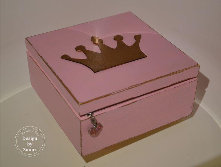 Šperkovnice+pro+malé+princezny+-+růžová+Krásná+tentokrát+růžová+šperkovnice+pro+malé+princezny+na+jejich+poklady.+Přebroušená+a+lakovaná+matným+bezbarvým+lakem.+Vnitřní+a+spodní+část+krabičky+je+ponechána+v+přírodním+odstínu.+Ideální+v+kombinaci+se+závěsem+na+kliku+pro+malé+princezny.+:)+(ten+je+možno+objednat+zvlášť)+V+případě+zájmu+můžu+na+krabičku...