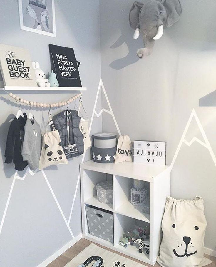 Schönes Kinderzimmer ✨ Die kleinen Aufbewahrungstaschen und das Poster Räven Roi finden Sie unter ellevilleMini www.ellevillemini.no