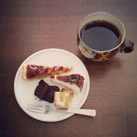 ♪ . 試作品祭✨ . こがしキャラメルリンゴのタルト。 . を作ったつもりが、、、 なぜだかパイになってました~💦 . . バスクのチーズケーキ。 . とろける生チョコケーキ。 . 甘太くんの焼きいもパウンドケーキ。 . . ちょこっとずつお皿にのせて 贅沢なお茶タイム✨ . . あ~~幸せ🍀 . . #こがしキャラメルリンゴのパイ #バスクのチーズケーキ #とろける生チョコケーキ #甘太くんの焼きいも #パウンドケーキ #豆岳コーヒー #器好き #オーガニック #安心安全 #instasweets #instafood #むうと #結と #手作りお菓子のある暮らし #シンプルな材料 #自然素材 #coffeetime #コーヒー