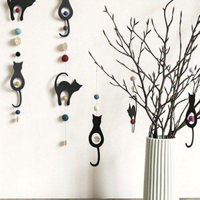 Fastelavnsris med treperler, fjær og søte sorte katter