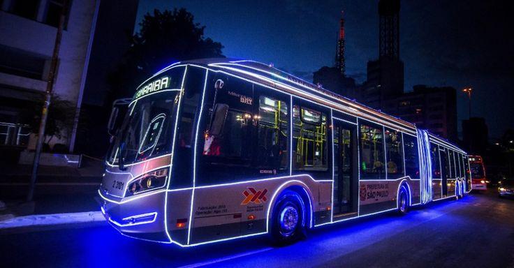 20151214 - Ônibus iluminado e decorado em homenagem ao Natal circula pela região da avenida Paulista, na zona oeste de São Paulo. PICTURE: Cris Faga/Fox Press Photo/Estadão Conteúdo