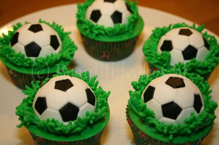 Voetbal cupcakes, leuk voor bij een voetbaltaart als traktatie.