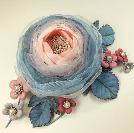Броши ручной работы. Ярмарка Мастеров - ручная работа. Купить Долина Облачной Розы. Брошь с цветами из ткани и натуральной кожи. Handmade.