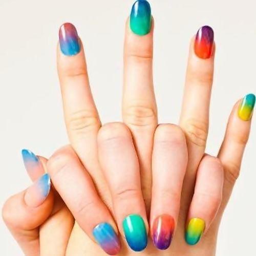 Você já deve ter visto por aí mais esta tendência de unhas tie dye ou aquareladas, um jeito muito alegre e divertido de dar cores as unhas e ficar com as m