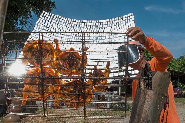 مطعم تايلندي يشوي الدجاج بواسطة ضوء الشمس Thai Chicken Thai Roadside
