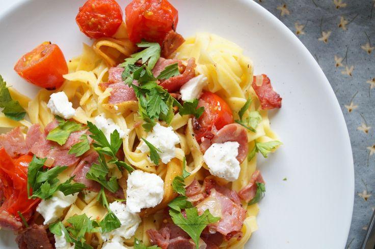 Pastaret med kalkunbacon og feta. En nem og super lækker opskrift på en pastaret med kalkunbacon, frisk pasta, feta og tomater, som kan laves i en fart.
