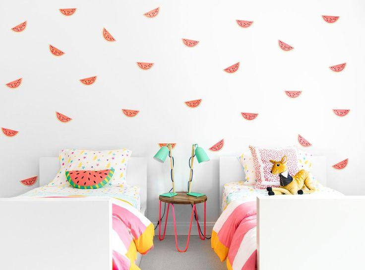 Детская мебель для девочек: оформляем комнату маленькой леди со вкусом http://happymodern.ru/detskaya-mebel-dlya-devochek-35-foto-oformlyaem-detskuyu-so-vkusom/ Освежающий летний рисунок на обоях в светлой комнате и очень простые белые кроватки