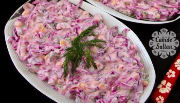 Vynikající lehký zelný salát se zálivkou z bílého jogurtu a zakysané smetany